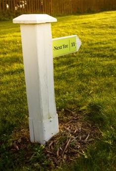 """f1395fe34 Na hřištích, kde se kříží směr hry místo označení """"next tee"""" najdete spíše  označení """"next tee XX"""" nebo """"Tee XX"""", aby bylo jednoznačné, jaká jamka je  kterým ..."""